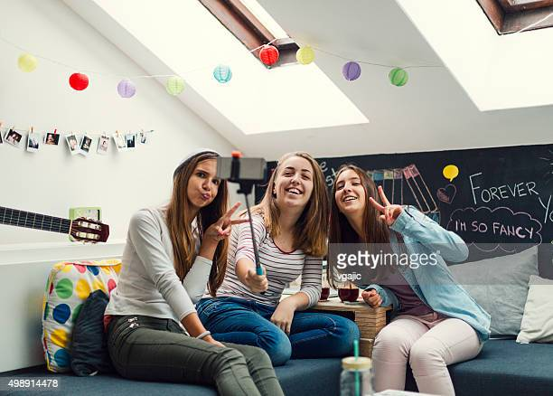 Adolescents faisant de Selfie avec téléphone intelligent.