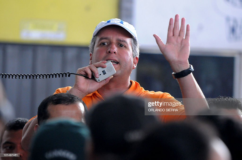 Tegucigalpa mayor Ricardo Alvarez speaks to shopkeepers of the La Isla market, which was partially destroyed by tropical storm Agatha in Tegucigalpa, on June 1, 2010. Seventeen people were killed in Honduras as a result of Agatha, according to official figures. AFP PHOTO/Orlando SIERRA