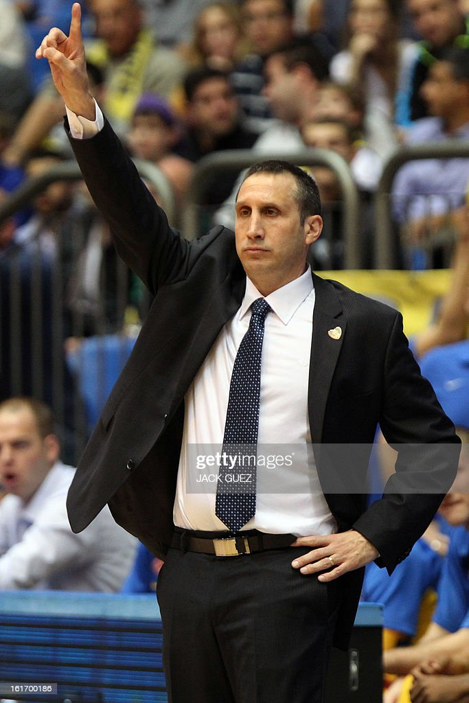 Tel Aviv's head coach, David Blatt gestures to his players during the Euroleague Top 16 basketball match, Maccabi Tel Aviv Electra versus FC Barcelona Regal, on February 14, 2013 at the Nokia stadium in the Mediterranean coastal city of Tel Aviv, Israel. AFP PHOTO / JACK GUEZ