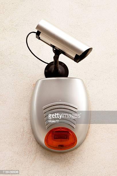 Telecamera sur un mur gris