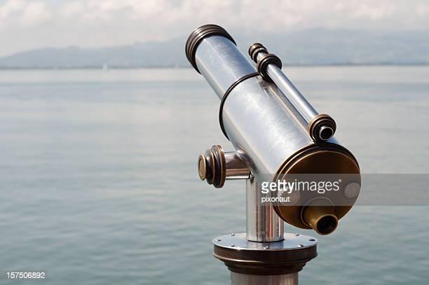 Télescope devant un lac de montagne