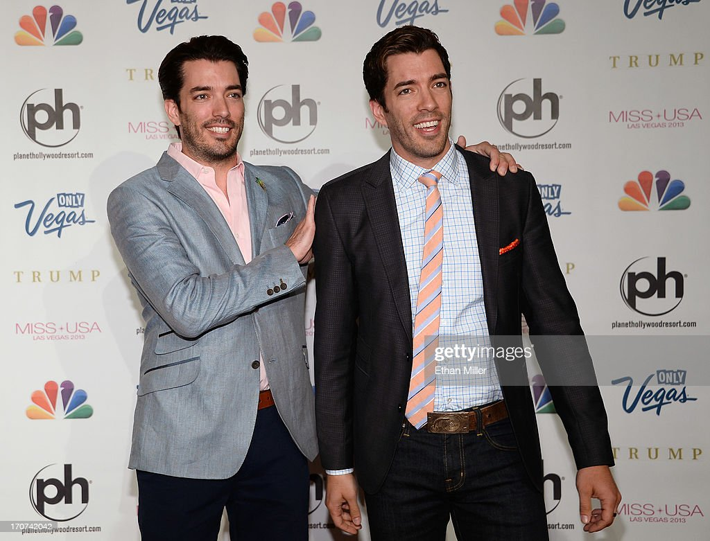 Television personalities Jonathan Scott (L) and <a gi-track='captionPersonalityLinkClicked' href=/galleries/search?phrase=Drew+Scott+-+Canadese+acteur&family=editorial&specificpeople=15095917 ng-click='$event.stopPropagation()'>Drew Scott</a> arrive at the 2013 Miss USA pageant at Planet Hollywood Resort & Casino on June 16, 2013 in Las Vegas, Nevada.