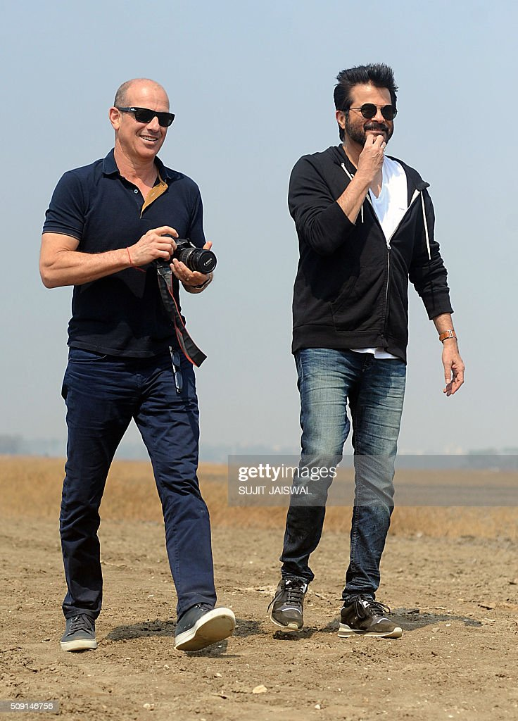 US television writer and producer Howard Gordon (L) and Indian Bollywood actor Anil Kapoor walk on location for the Indian Hindi version of the hit counter terrorism show '24' as season 2 is being made, in Mumbai on February 9, 2016. AFP PHOTO / Sujit Jaiswal / AFP / SUJIT JAISWAL