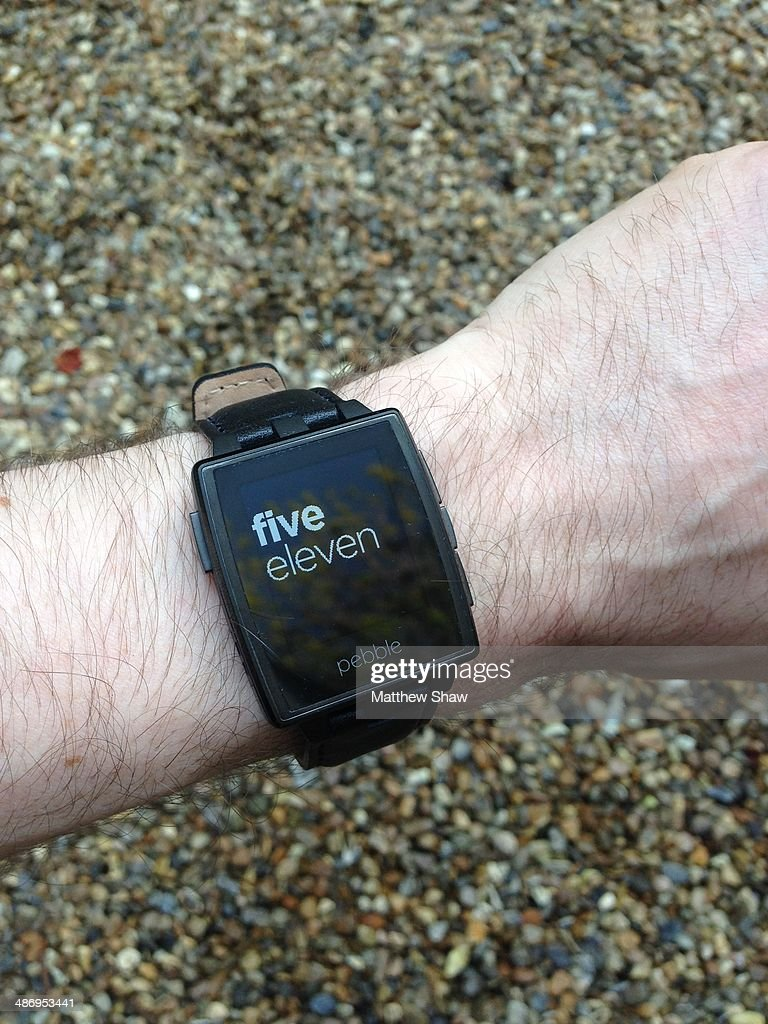 telling the time with a Pebble smart watch