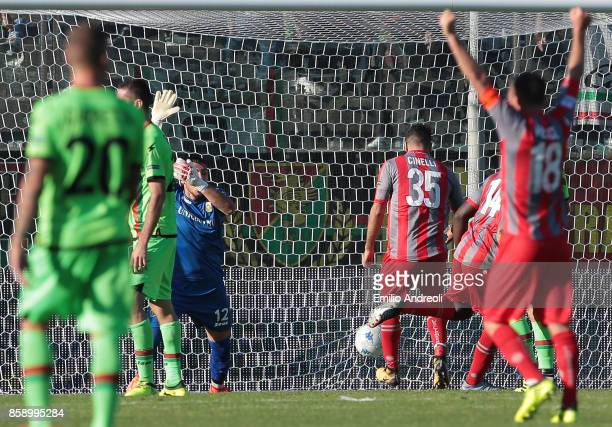 Tembe Benjamin Mokulu of US Cremonese scores a goal during the Serie B match between US Cremonese and Ternana Calcio at Stadio Giovanni Zini on...