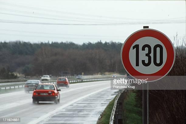 Tempolimit Schild an der Autobahn