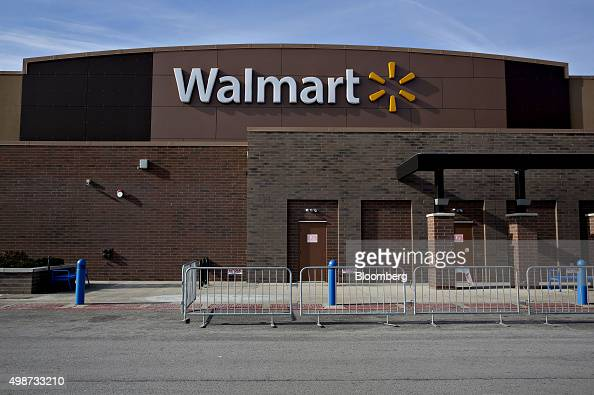 Temporary security fencing sits outside a WalMart Stores Inc location in Chicago Illinois US on Wednesday Nov 25 2015 In 2011 several big US...