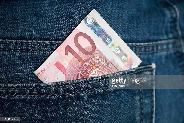 Zehn Euro in jeans Tasche