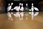 Bowling käglor och klot. närbild när klotet träffar käglorna.