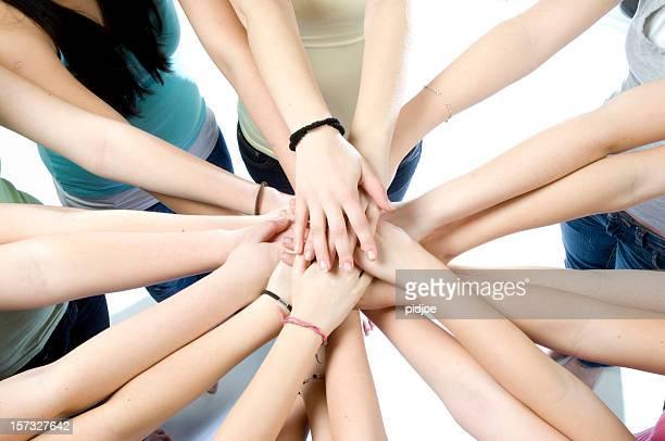Zehn junge Mädchen joining hands