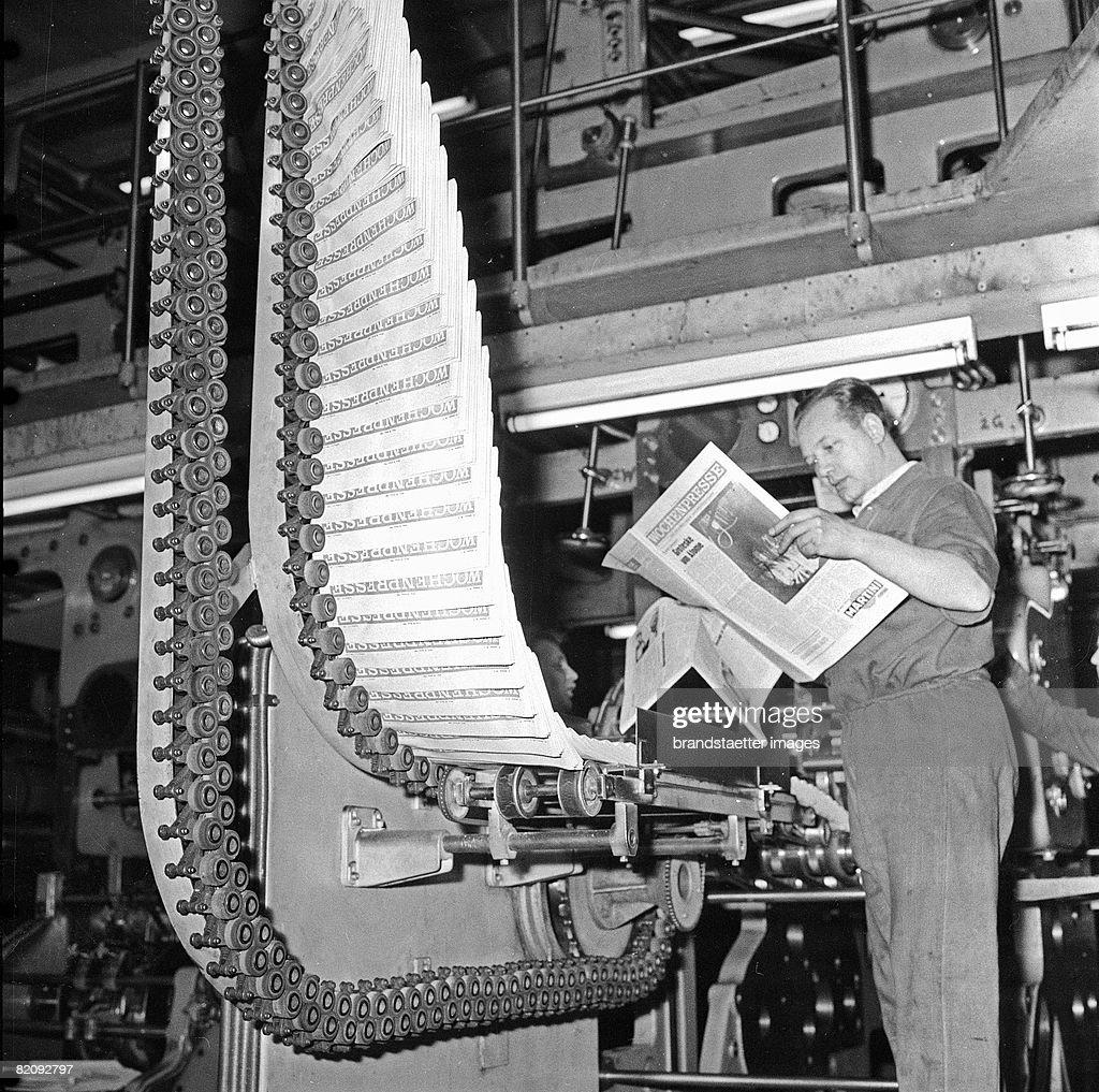 Ten thousand copies of Wochenpresse in the rotary press Photography 1966 [Eine Rotationsmaschine spuckt zehntausende Exemplare der Wochenpresse aus...