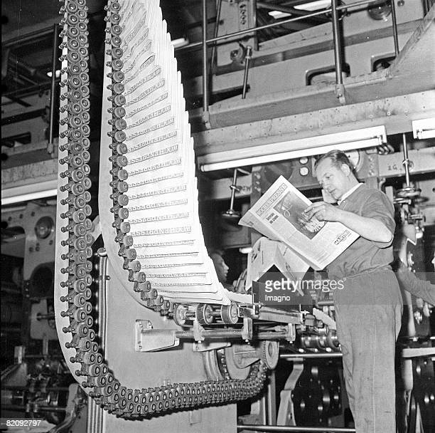 Ten thousand copies of Wochenpresse in the rotary press Photography 1966 [Eine Rotationsmaschine spuckt zehntausende Exemplare der Wochenpresse aus...