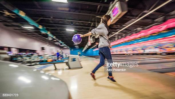 Tenager fille jouer au bowling