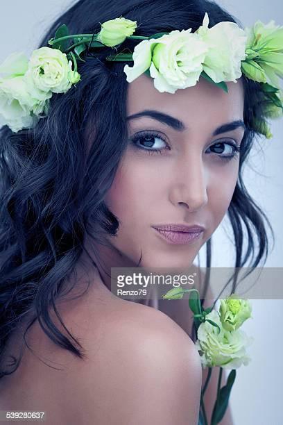 Hipersensibilidad. Bella mujer con flores.