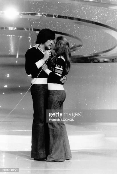 Tendrement enlacés Ringo et Sheila chantent en duo lors de l'émission télévisée 'Numero Un' spécial Sacha Distel sur TF1 le 27 septembre 1975 à Paris...