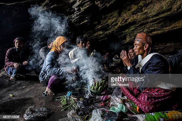 Tenggerese shaman praying for worshippers at Widodaren cave during the Tenggerese Hindu Yadnya Kasada festival on July 31 2015 in Probolinggo East...