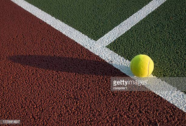 Tennisball auf dem Feld