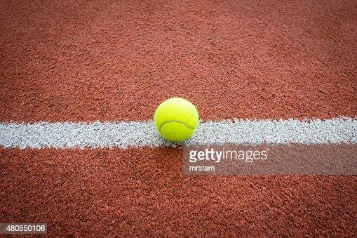 Bola de tenis en línea de court : Foto de stock