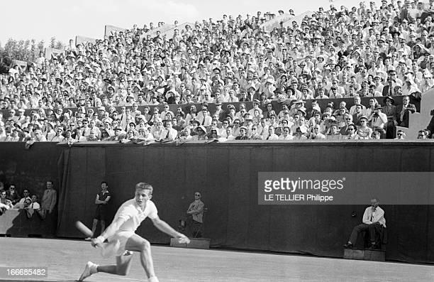 International Of France RolandGarros 1954 Paris France mai 1954 Le tournoi de tennis de RolandGarros Le tennisman Tony TRABERT en action sur le court...