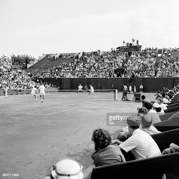 Tennis match men's doubles to Roland Garros with cameras in the background placed on the painting of the scores