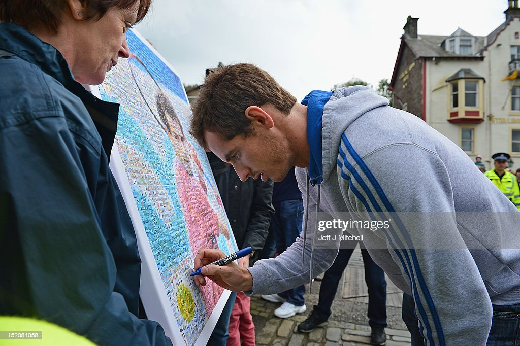 Tennis player <a gi-track='captionPersonalityLinkClicked' href=/galleries/search?phrase=Andy+Murray+-+Tennisser&family=editorial&specificpeople=200668 ng-click='$event.stopPropagation()'>Andy Murray</a> returns to Dunblane following his win in the US Open and his gold medal in the 2012 Olympic games in London, on September 16, 2012 in Dunblane, Scotland. Thousands lined the streets of his hometown as the 25 year old returned to meet with family and friends following his summer triumphs.