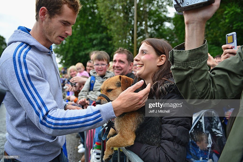 Tennis player <a gi-track='captionPersonalityLinkClicked' href=/galleries/search?phrase=Andy+Murray+-+Tennisser&family=editorial&specificpeople=200668 ng-click='$event.stopPropagation()'>Andy Murray</a> returns to Dunblane following his win in the US Open and his gold medal in the 2012 Olympic games in London, on September 16, 2012 in Dunblane,Scotland. Thousands lined the streets of his hometown as the 25 year old returned to meet with family and friends following his summer triumphs.