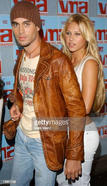Tennis player Anna Kournikova and singer Enrique Iglesias arrive at the 2002 MTV Video Music Awards at Radio City Music Hall August 29 2002 in New...