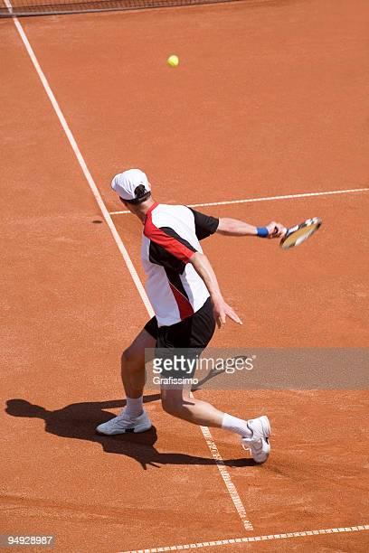 Joueur de Tennis frapper le ballon