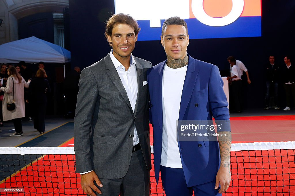 ¿Cuánto mide Rafa Nadal? - Real height Tennis-player-rafael-nadal-and-football-player-gregory-van-der-wiel-picture-id532227550
