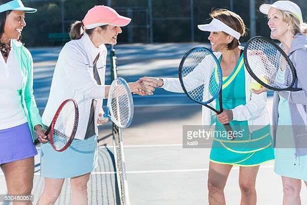 Tennis Spieler beim Händeschütteln