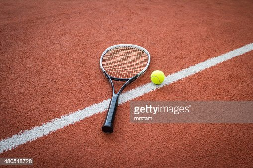 Raqueta de tenis y pelotas en court : Foto de stock