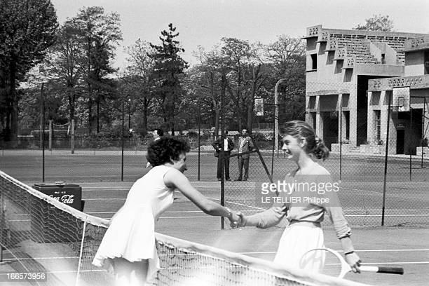 Tennis Roland Garros France mai 1956 des joueurs de tennis s'affrontent sur la terre battue de Roland GARROS lors du tournoi Deux jeunes femmes se...