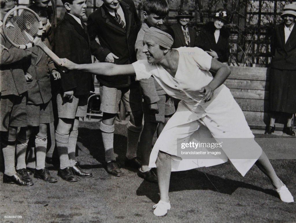 Tennis Suzanne Lenglen Giving Tennis Lecutres For Young Britons