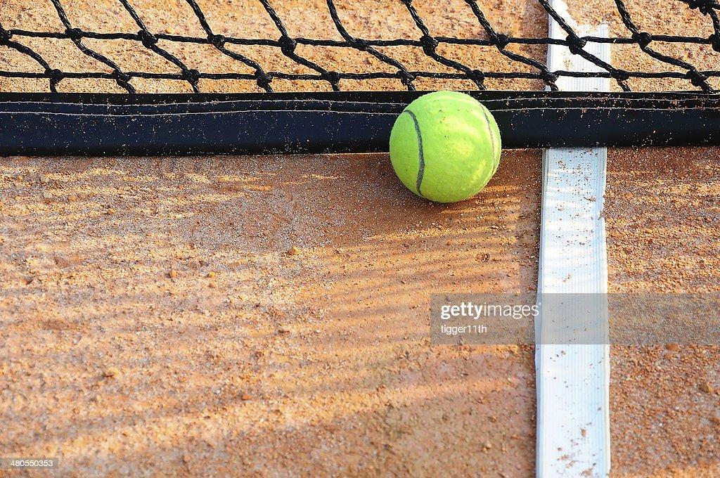 Tennisball en una cancha de tenis de arcilla : Foto de stock