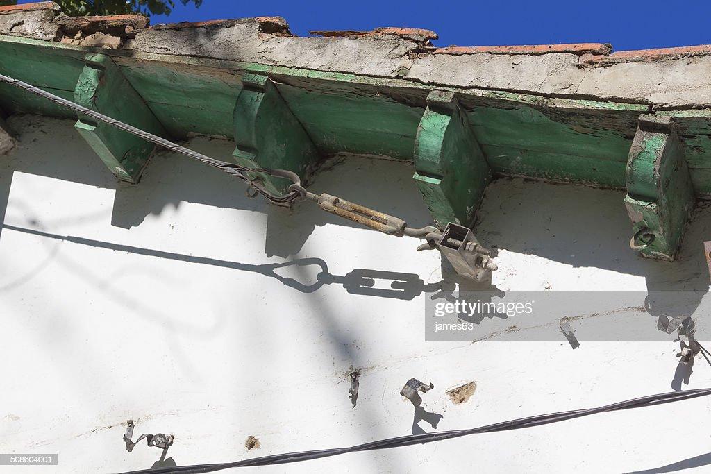 tensioning aço no Edifício antigo : Foto de stock