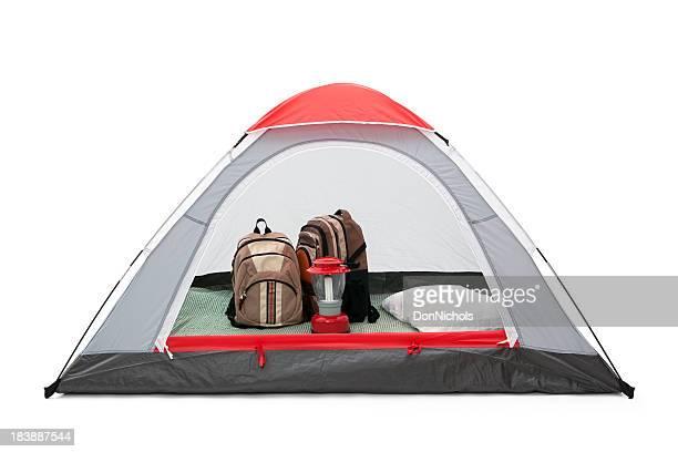 Carpa con mochilas y linterna