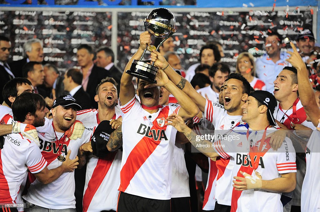 Teofilo Gutierrez and Leonel Vangioni of River Plate lift the trophy and celebrate with teammates after winning a second leg final match between River Plate and Atletico Nacional as part of Copa Total Sudamericana 2014 at Antonio Vespucio Liberti Stadium on December 10, 2014 in Buenos Aires, Argetina.