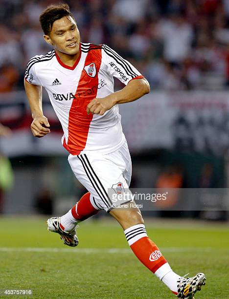 Teofilo Gutierrez of River Plate celebrates after scoring the first goal of his team during a match between River Plate and Rosario Central as part...