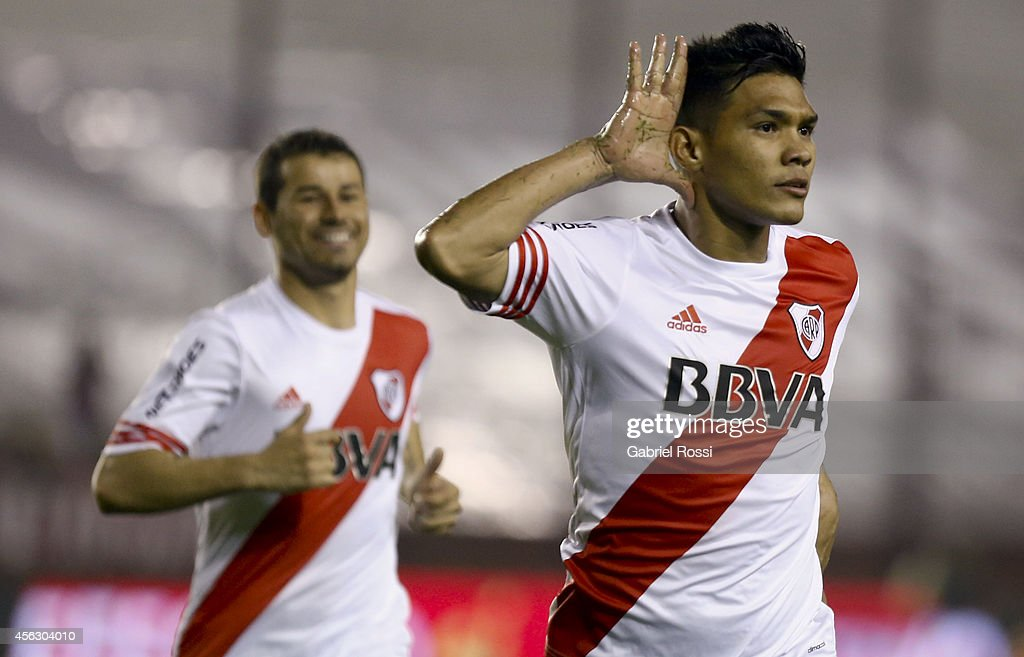 <a gi-track='captionPersonalityLinkClicked' href=/galleries/search?phrase=Teofilo+Gutierrez&family=editorial&specificpeople=5901237 ng-click='$event.stopPropagation()'>Teofilo Gutierrez</a> of River Plate celebrates after scoring the first goal of his team during a match between Lanus and River Plate as part of ninth round of Torneo de Transicion 2014 at Ciudad de Lanus Stadium on September 28, 2014 in Buenos Aires, Argentina.