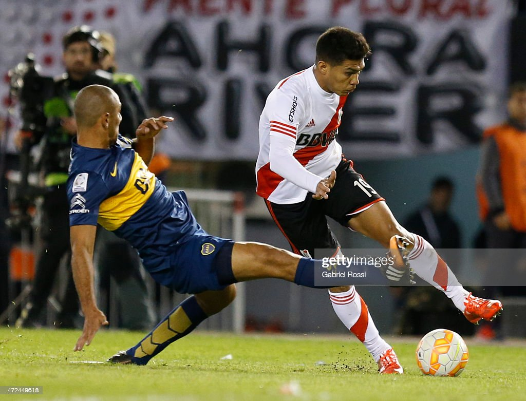 Teofilo Gutierrez of River Plate fights for the ball with Daniel Diaz of Boca Juniors during a first leg match between River Plate and Boca Juniors as part of round of sixteen of Copa Bridgestone Libertadores 2015 at Antonio Vespucio Liberti Stadium on May 07, 2015 in Buenos Aires, Argentina.