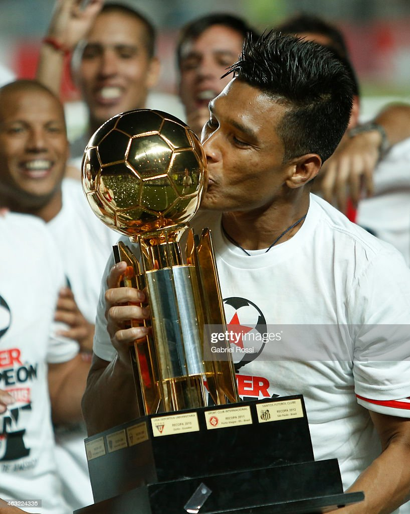 <a gi-track='captionPersonalityLinkClicked' href=/galleries/search?phrase=Teofilo+Gutierrez&family=editorial&specificpeople=5901237 ng-click='$event.stopPropagation()'>Teofilo Gutierrez</a> of River Plate kisses the trophy as he celebrates with his teammates after winning the second leg match between San Lorenzo and River Plate as part of Recopa Sudamericana at Pedro Bidegain Stadium on February 11, 2015 in Buenos Aires, Argentina.