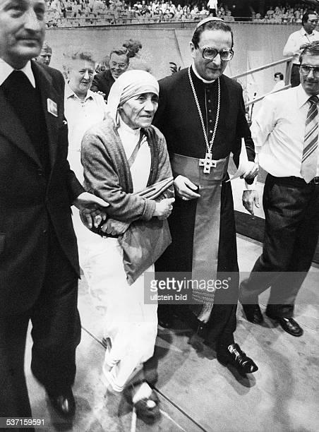 Teresa Mutter Ordensschwester Albanien/ Indien Friedensnobelpreis 1979 mit Bischof Joachim Meisner beim Deutschen Katholikentag 1980