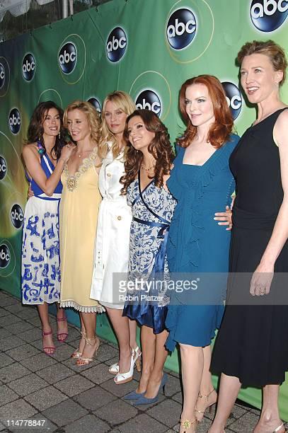 Teri Hatcher Felicity Huffman Nicollette Sheridan Eva Longoria Marcia Cross and Brenda Strong of' Desperate Housewives '