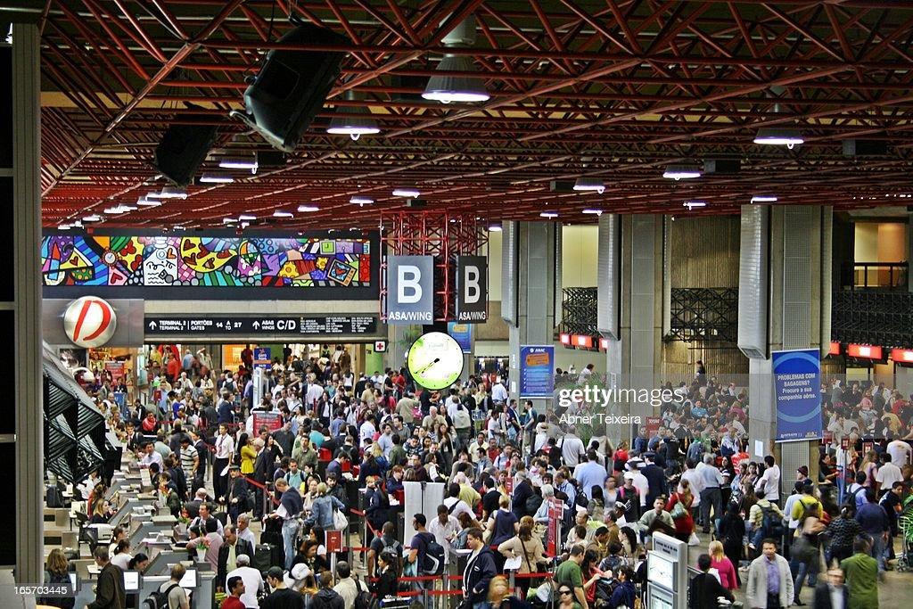 CONTENT] Terminal 1 Asa B no Aeroporto Internacional de Guarulhos Chekin balcões cia aéreas São Paulo Brazil 12/09/09 0742