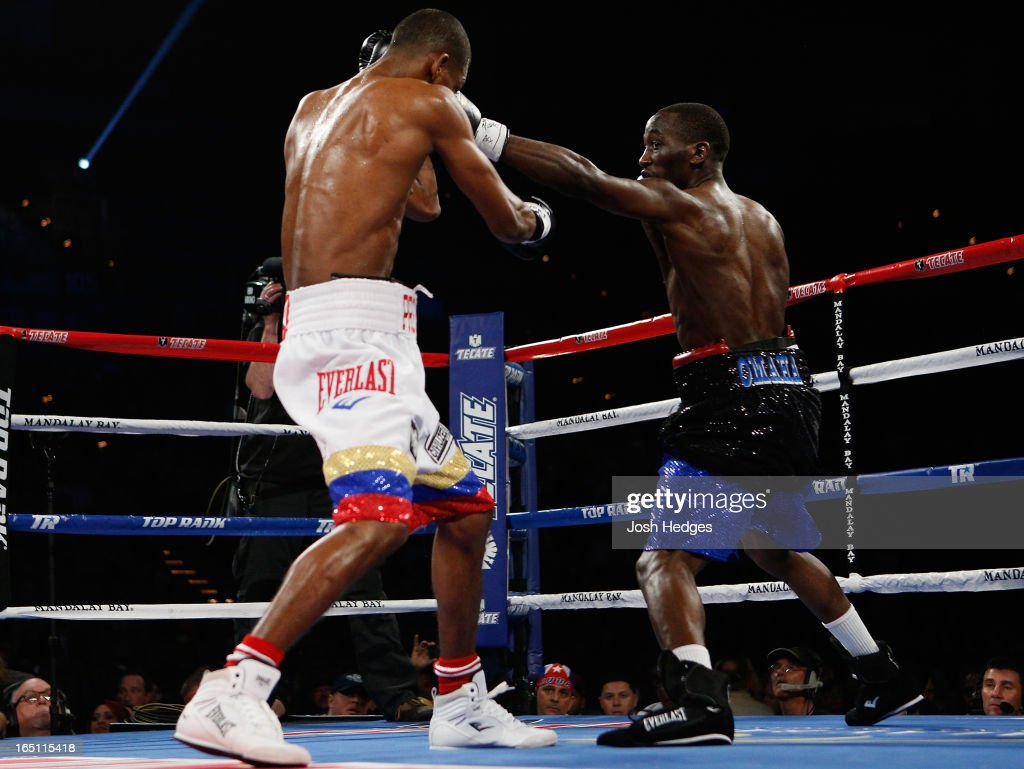 <a gi-track='captionPersonalityLinkClicked' href=/galleries/search?phrase=Terrence+Crawford+-+Joueur+de+basketball&family=editorial&specificpeople=2476305 ng-click='$event.stopPropagation()'>Terrence Crawford</a> lands a left to the head of Bredis Prescott in their junior welterweight bout at the Mandalay Bay Events Center on March 30, 2013 in Las Vegas, Nevada.