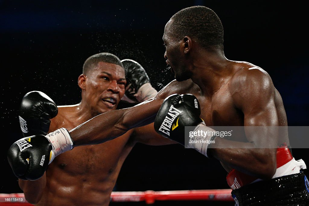 <a gi-track='captionPersonalityLinkClicked' href=/galleries/search?phrase=Terrence+Crawford+-+Joueur+de+basketball&family=editorial&specificpeople=2476305 ng-click='$event.stopPropagation()'>Terrence Crawford</a> lands a right to the head of Bredis Prescott in their junior welterweight bout at the Mandalay Bay Events Center on March 30, 2013 in Las Vegas, Nevada.