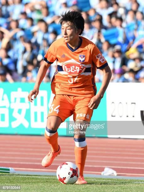 Teruki Hara of Albirex Niigata in action during the JLeague J1 match between Kawasaki Frontale and Albirex Niigata at Todoroki Stadium on May 5 2017...