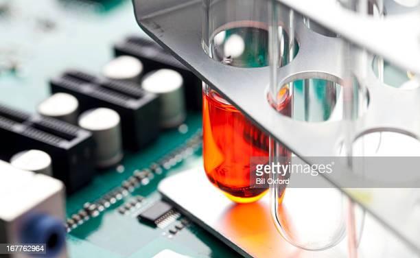試験管に回路基板