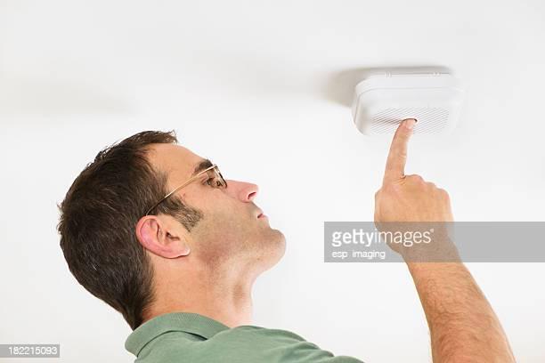 Test de l'alarme incendie un détecteur de fumée