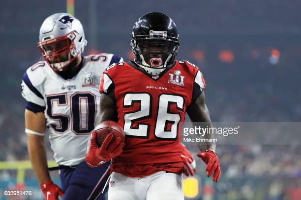 Tevin Coleman of the Atlanta Falcons scores a touchdown on a 6 yard reception over Rob Ninkovich of the New England Patriots in the third quarter...